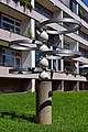 Wien-Ottakring - Gemeindebau Sandleitengasse 9–13 - Aluminiumskulptur Ring-Brunnen von Franz Mynni - 2.jpg
