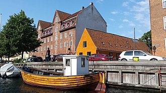 Wildersgade Barracks - The low building at Bådsmandsstræde 6 seen from the canal