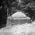 """Apnenca"" pripravljena za žganje. Ima ""vrh od simca"", ""koš"" iz bukovih protov, ""špirovci""- koli, Male Vodenice 1956 (2).jpg"