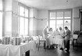 Ärzteteam im Operationssaal der Etappensanitätsanstalt - CH-BAR - 3238444.tif