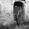 Članica ekipe Sibila Nekrep meri vrata pri hiši Rjavče 1955.jpg