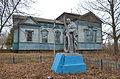 Братська могила радянських воїнів на фоні історисчної Покровської церкви, збудованої на рубежі 19-20 століть..jpg