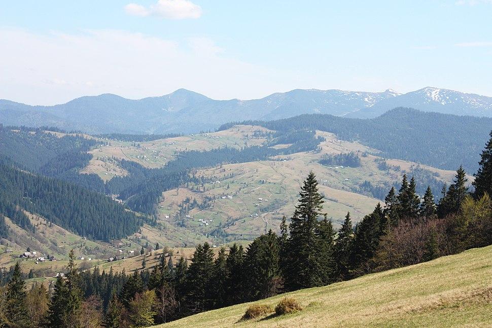Вид на горы с горы возле озера Синевир