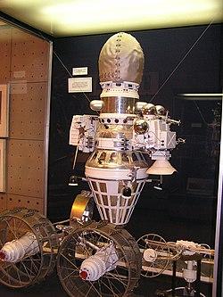 A Luna–9 modellje, az űrszonda tetején a leszálló modullal