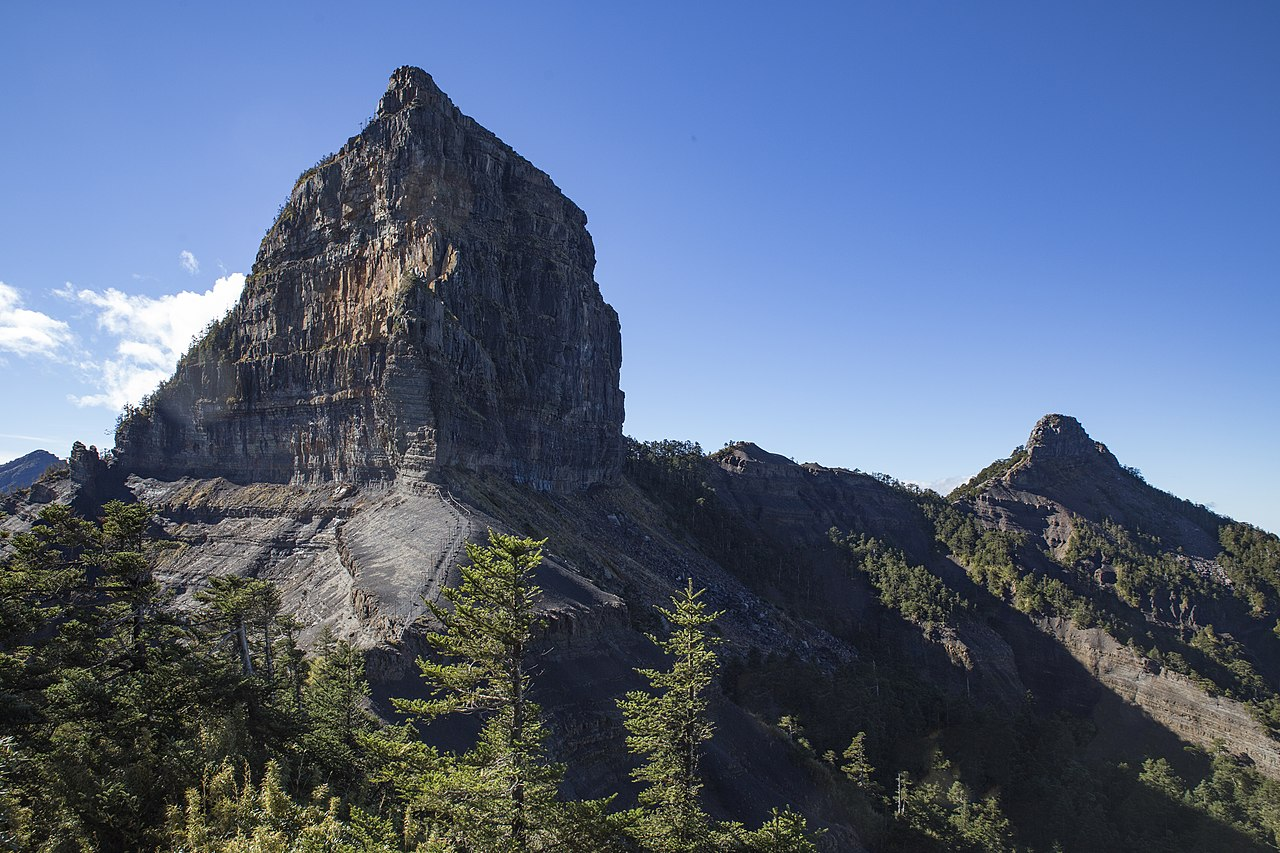 山稜線上的方形巨塔 前往「大霸尖山」與大自然共處