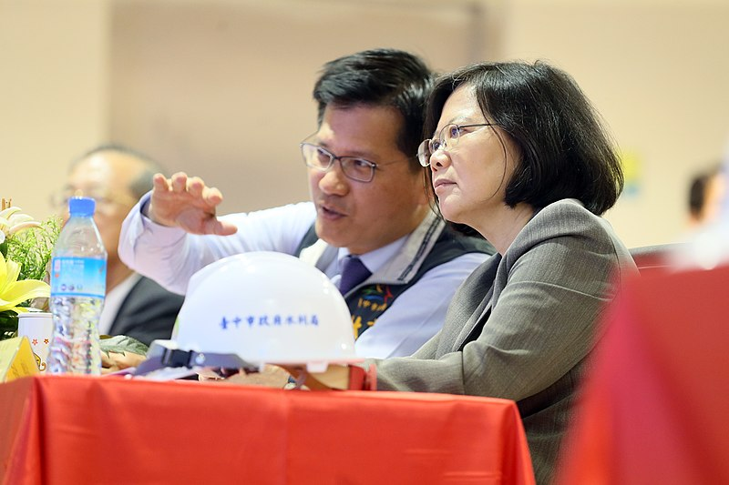 File:10.16 總統與台中市長林佳龍一同聽取「水湳水資源回收中心」的簡報 (30238361802).jpg