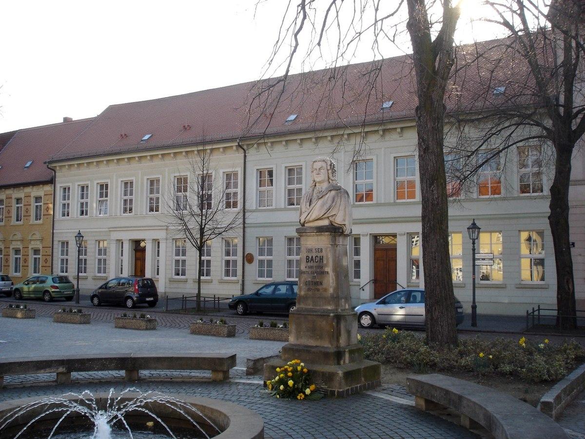 2.KöthenerBachhausMitBachdenkmal.JPG