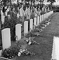 Airborne-herdenking in Oosterbeek. Kinderen met bloemen, Bestanddeelnr 905-3112.jpg