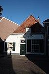 foto van Gewit laag huis met rechte kroonlijst. Boerenhoeve type