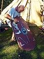 Archeon legionair poetst schild Romeinenfestival fotoCThunnissen.jpg