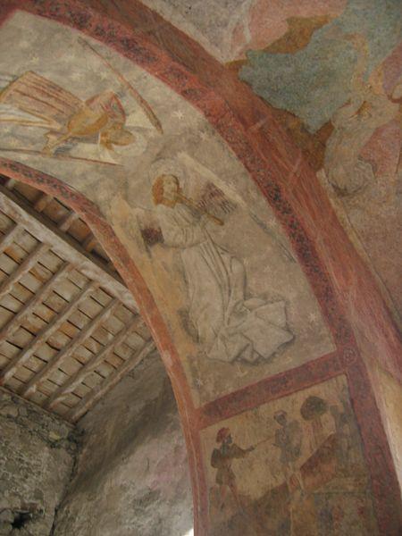 Fresque murale en l'église d'Audressein (Ariège-France): ange musicien jouant de la flûte à bec médiévale.