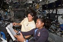 Joan Higginbotham e Sunita Williams lavorano ai controlli del braccio robotico della Stazione Spaziale nel laboratorio Destiny