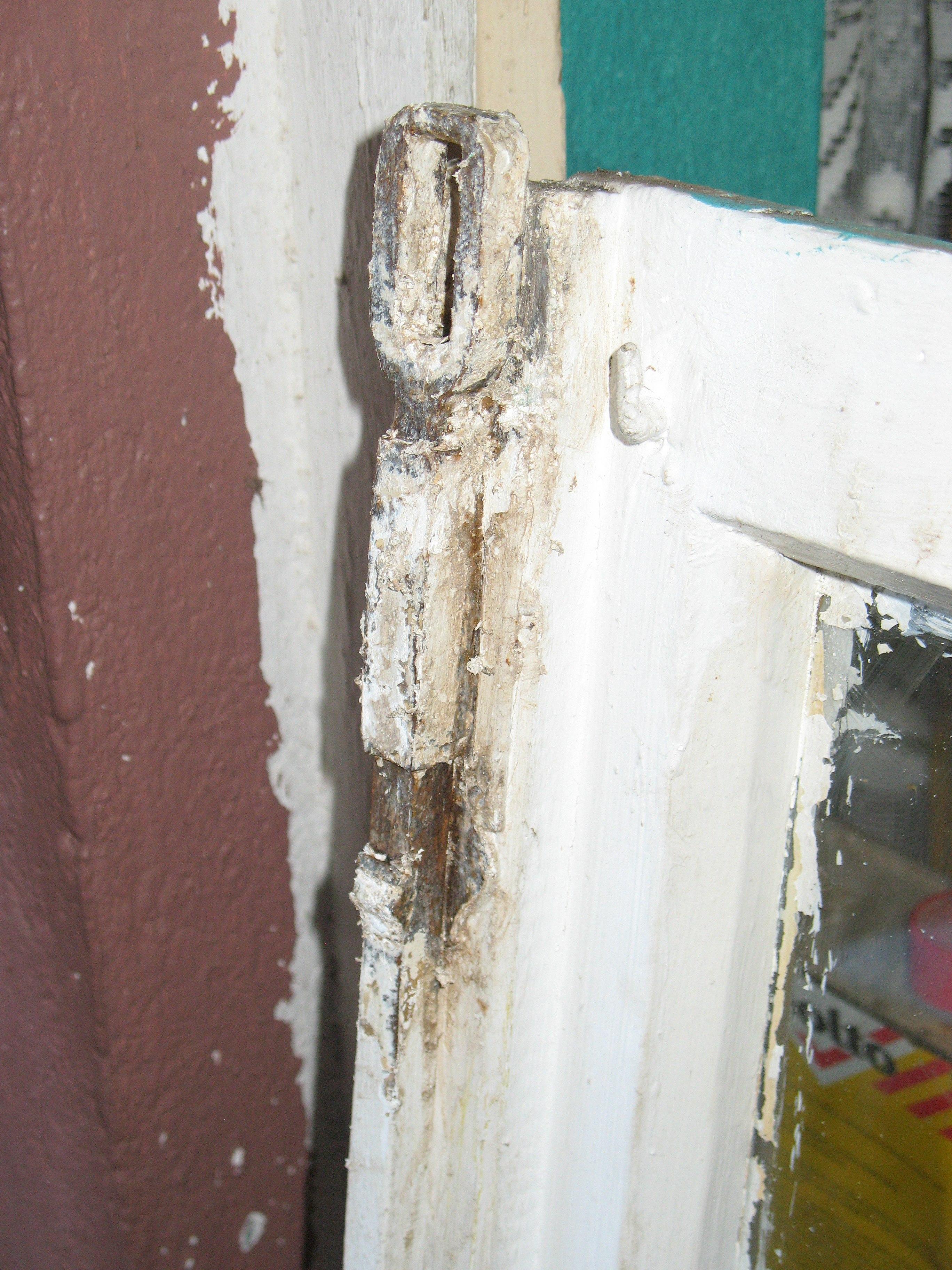 file ausgebautes badfenster vor restaurierung nahaufnahme wikimedia commons. Black Bedroom Furniture Sets. Home Design Ideas