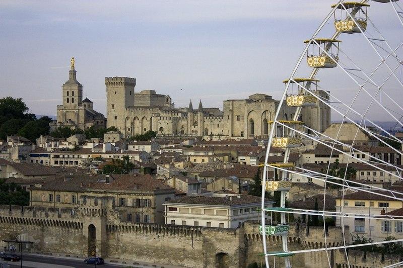 Avignon Palais des Papes et grande roue