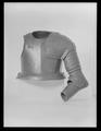 Axelstycke med armskenor och buckla, 1600-tal - Livrustkammaren - 8775.tif
