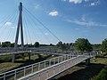 Az új gyalogos híd egyik pilonja és kereszteződése, 2017 Hatvan.jpg