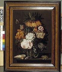 Stilleven met bloemen, schelpen en een kikker