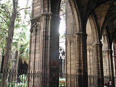 Barcelona catedral cloister pillars.jpg
