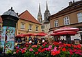 Blumenmarkt am Platz vor der Kathedrale in Zagreb, Kroatien.jpg