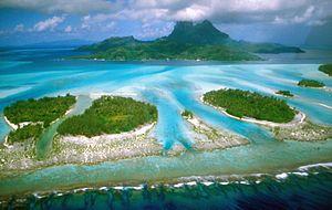 Deutsch: Bora Bora mit vorgelagerten Motus (Lu...