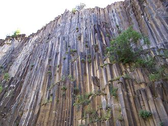 Columnar jointed basalt in Turkey Boyabat.jpg