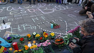 2016 Brussels bombings - People gathering, chalk drawings and flowers for the victims. The largest message says (translated from French), Brussels is beautiful, with further inscriptions of Stop violence, Stop war, Unity, and Humanity.