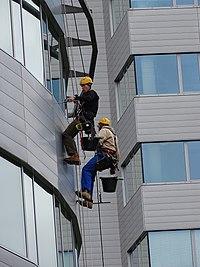 Bubenské nábřeží, čištění oken nižší budovy Lighthouse.jpg