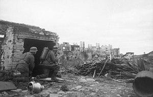 Bundesarchiv Bild 101I-083-3371-11, Stalingrad, Infanterie mit Flammenwerfer