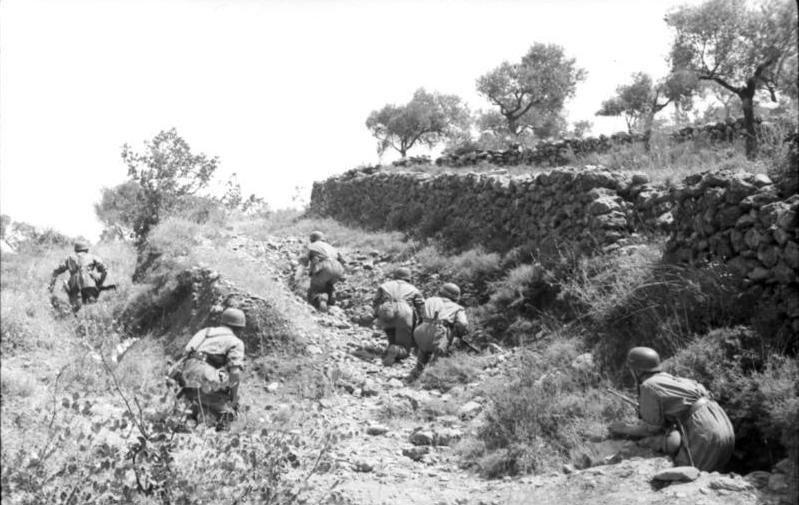Bundesarchiv Bild 101I-166-0508-31, Kreta, Vormarsch deutscher Fallschirmjäger