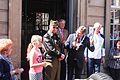 Burgemeester Brielle met een veteraan bij het stadhuis.jpg