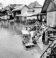 COLLECTIE TROPENMUSEUM Een verkoper doet vanuit zijn boot huizen aan voor de verkoop van doerianvruchten Palembang Sumatra TMnr 10002864.jpg