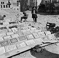 COLLECTIE TROPENMUSEUM Handelaar in prenten aan de openbare weg te Tunis TMnr 20013099.jpg