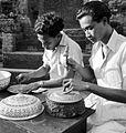 COLLECTIE TROPENMUSEUM Het drijven van offerschalen in Klungkung door goud- en zilversmeden Bali TMnr 10014317.jpg