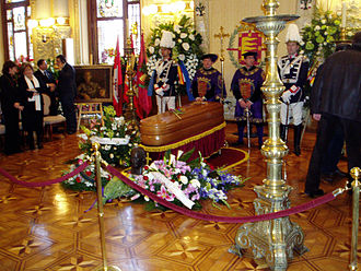Miguel Delibes - Miguel Delibes's casket at the funeral chapel installed in the reception hall of the Town Hall of Valladolid.