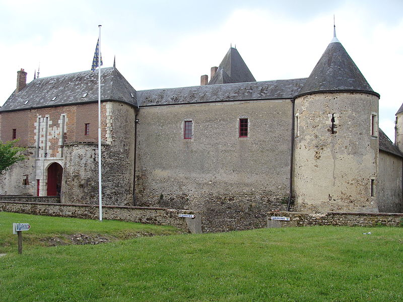 Château de Béthune, La Chapelle d'Angillon (Cher). Extérieur. Poterne, murs et tour d'enceinte (XVe s.). On aperçoit le haut du donjon carré (XIe s.)