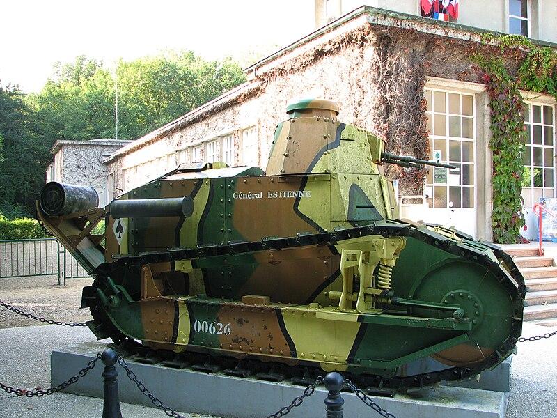 Char  Renault FT 17  exposé à l'entrée du Musée de l'Armistice, à la clairière de l'Armistice dans la forêt de Compiègne.