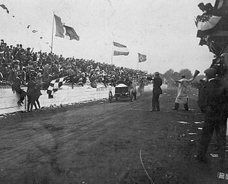 Racing flags - A chequered flag being used at the end of the 1906 Vanderbilt Cup