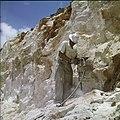 Collectie Nationaal Museum van Wereldculturen TM-20029518 Arbeider met drilboor op een steenafgraving bij Canashito Aruba Boy Lawson (Fotograaf).jpg