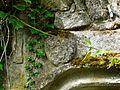 Confolent-Port-Dieu prieuré salle voûtée porte relief.JPG