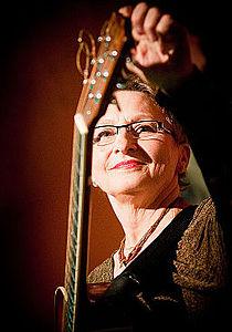 Dagmar Andrtova-Vonkova Opava tuning guitar.jpg