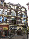 foto van Pand van parterre en twee verdiepingen onder schilddak