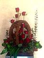 Diseño Floral con rosas y detalles de ramas y piñas..JPG
