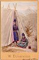 Dräktdockor. Två kvinnor i samiska dräkter vid kåta - Nordiska Museet - NMA.0056884.jpg