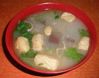 Duck blood and vermicelli soup traditional delicacy of Nanjing, containing duck blood, vermicelli, dried fried tofu, dried small shrimp, duck gizzards, duck intestines, duck livers, shallots, ginger, sesame oil, and caraway
