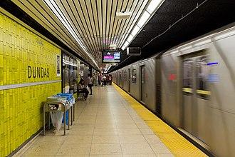 Dundas station (Toronto) - Image: Dundas Platform 02