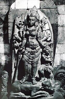 Patung Durga Mahisashuramardini dalam ruang utara candi Siwa di