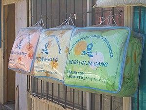 Pinyin - Image: E7918 Dordoy Bazaar blankets