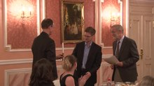 Ficheiro:Edward Snowden receives Sam Adams award in Moscow.webm