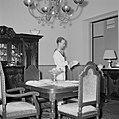 Een matroos dekt de tafel in het koninklijk verblijf in Willemstad, Bestanddeelnr 252-2787.jpg