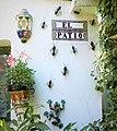 Eingelassene glasierte spanische Wandfliesen und touristische Keramikartikel sowie Ameisen aus Metall.jpg